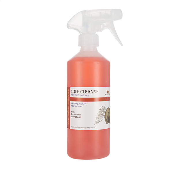 Sole Cleanse spray disinfects the frog and sole to reduce and prevent foul odour and blackening.